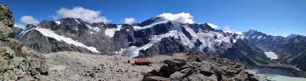 Panoramique du (presque) sommet révélant le cadre grandiose de cette rando, du Sefton à l'Aoraki, entre lacs et glaciers